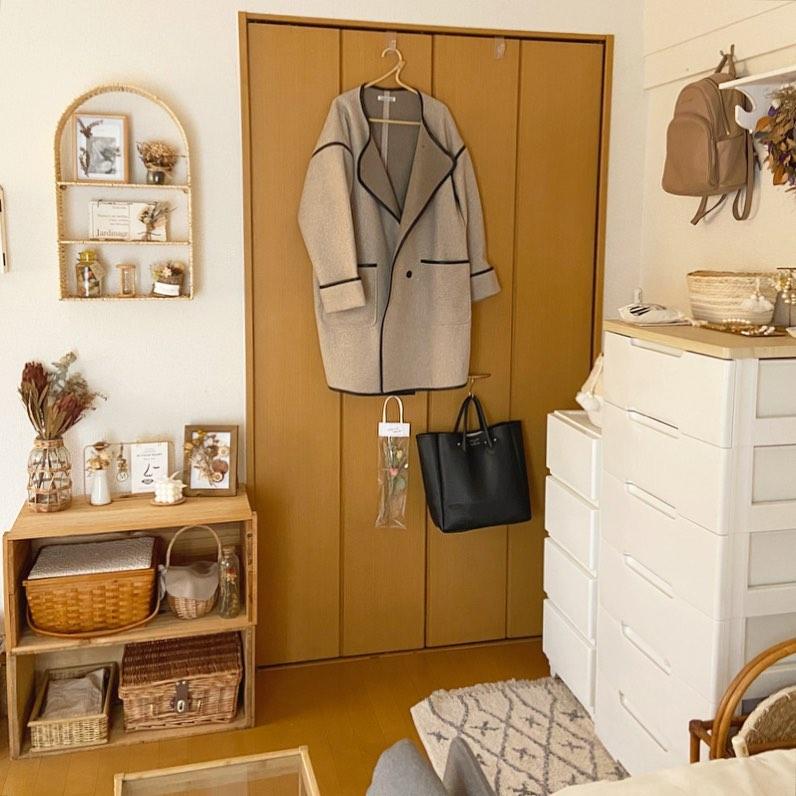 クローゼットの隣には、ソストレーネグレーネのラタンのシェルフとりんご箱を置き、雑貨専用のスペースに。