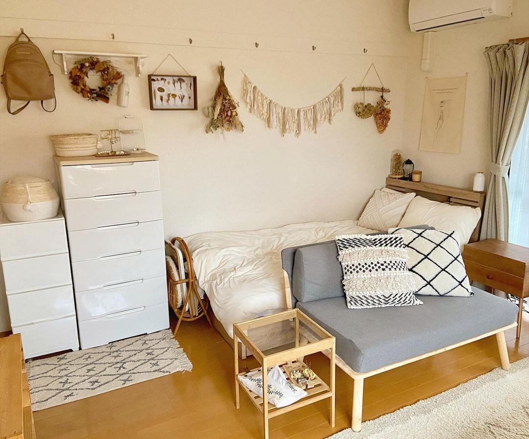 正方形のお部屋、ベッドの前にソファを置いて、空間を仕切っています。