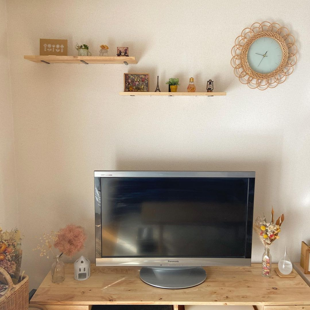 ソファに座わったとき、一番好きな雑貨が目に入るように、テレビの上に飾り棚をつけられています。セリアの棚受けパーツを画鋲で止めているそう。