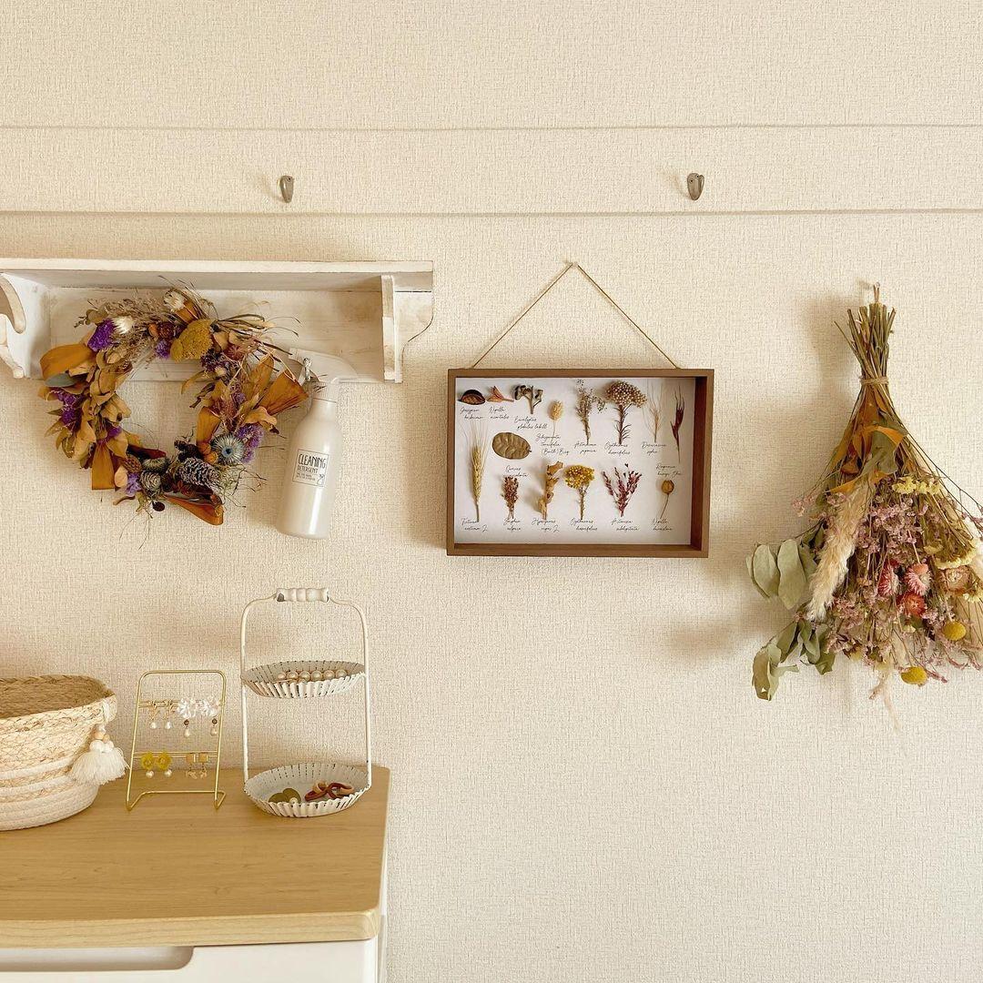 壁にもドライフラワーや日用品など、高さや色のバランスを考えながら、楽しく飾っていらっしゃいます。