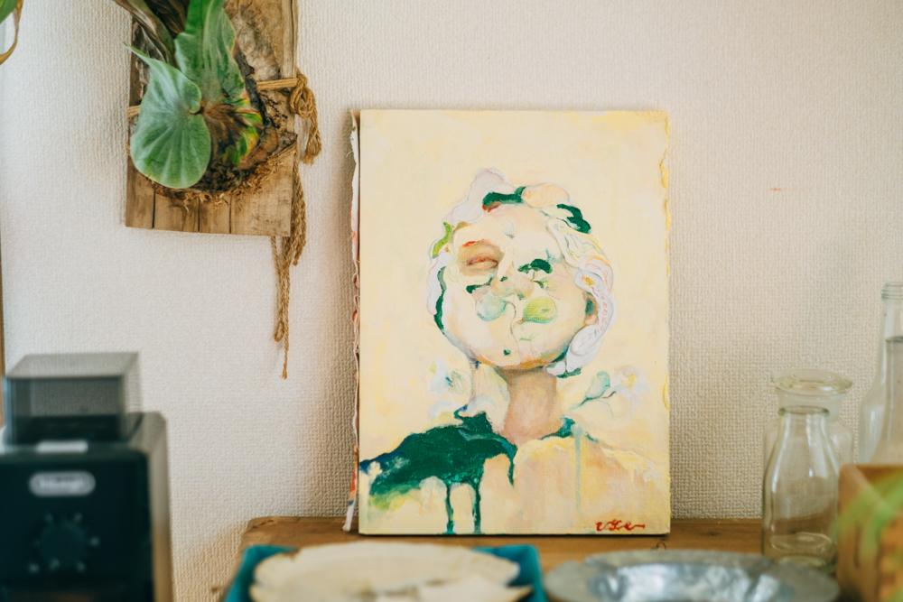「自分が家にアート作品をおきたいという話をした時に、ぜひ描かせて欲しいと言ってくれて、出来上がった作品もすごく良くて感動しました。いいものを買ってきて置くではなくて、好きな人とか気に入ってくれた人のものでお部屋が作れたら良いなとおもっています。」