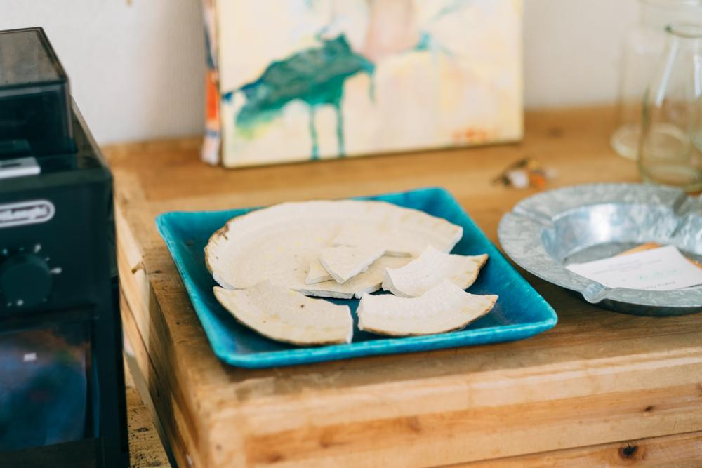 伺う前に割ってしまったという一皿もディスプレイされていました。 「これはこれで絵になるんですよね。もう少しして落ち着いたら金継ぎをして直せたらと思います。」