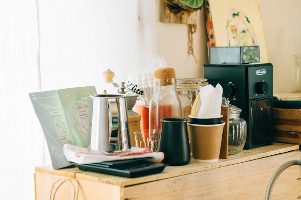 友人とも一人でも日々楽しまれているのがコーヒー。お部屋の中にもたくさんのコーヒーグッズがありました。 「コーヒーも元々はブラックコーヒーが飲めなかったのですが、大人になって実家で飲んだコーヒーが浅煎りで飲みやすく、日々飲む生活になったそう。地元に「珈琲工房ほろにが」という園芸と珈琲を教えてくれる師匠のような方がいて、その方からの情報でコーヒーによりハマっていきましたね。」