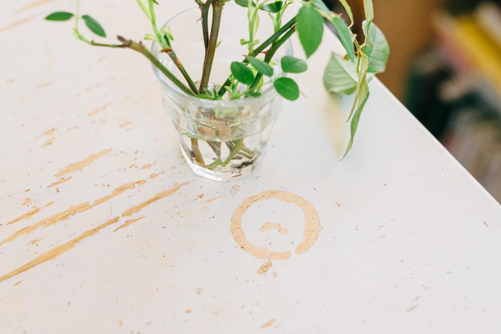 「白い椅子とセットで、友人から譲り受けました。もらった時から使い込まれていて、天板の塗料が剥げていたりするんですが、それも味になっていていいんですよ。」