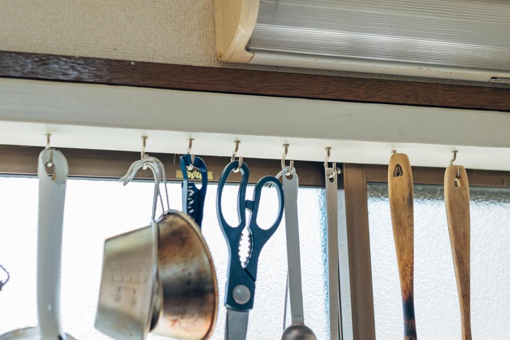 「また、キッチンは使いやすいように、DIYで木のフレームを作り、調理アイテムを吊るすオープン収納を作成しました。」