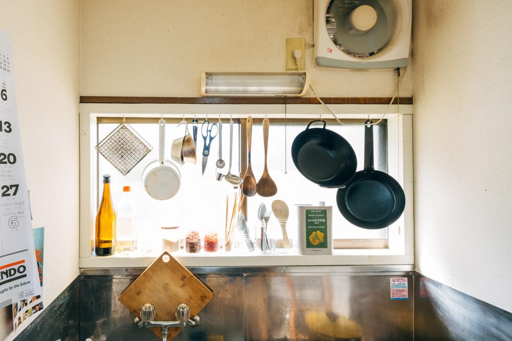 「キッチンは光がたっぷり入る窓が気に入っています。築年数の浅い建物だと、この窓の設置は出来ないと思うのですが、ちょうど実家のキッチンも作業スペースの前に窓があり、なんだか馴染みある感じが心地よいです。」