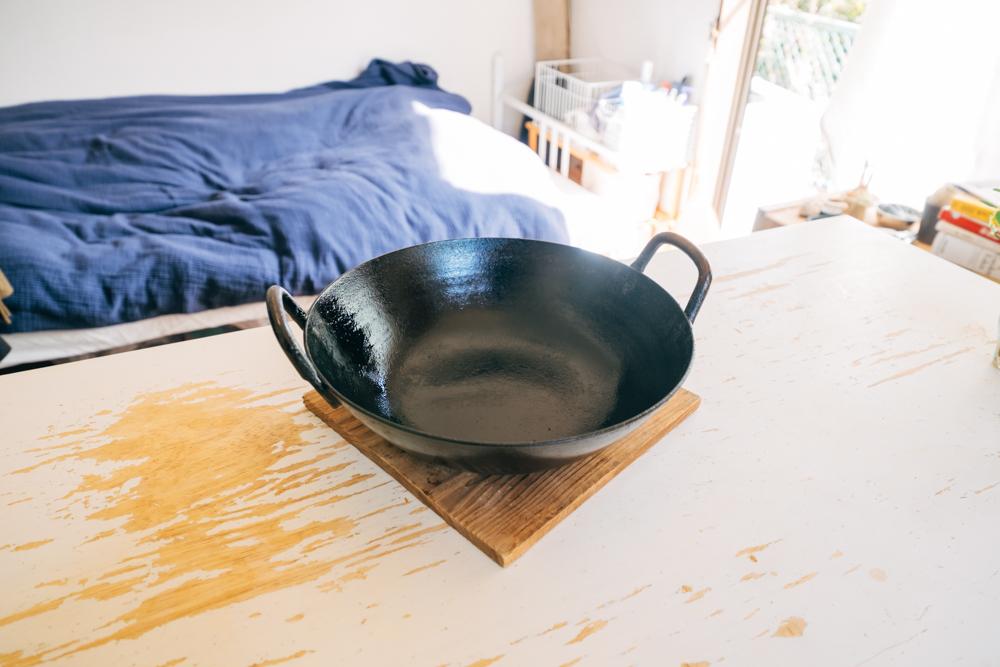またキッチンにもこうした思い入れのあるアイテムがありました。 「昔、一緒に働いていた先輩が転職した釜浅商店で紹介してもらった鉄鍋は、カレー作りにとても重宝しています。これまではフライパンで炒めて、鍋で煮るという工程だったのですが、この鉄鍋だとどちらも行うことが出来るんです。一生使えると教えてもらった通り、手入れをしながら長く使って行きたいと思っています。」
