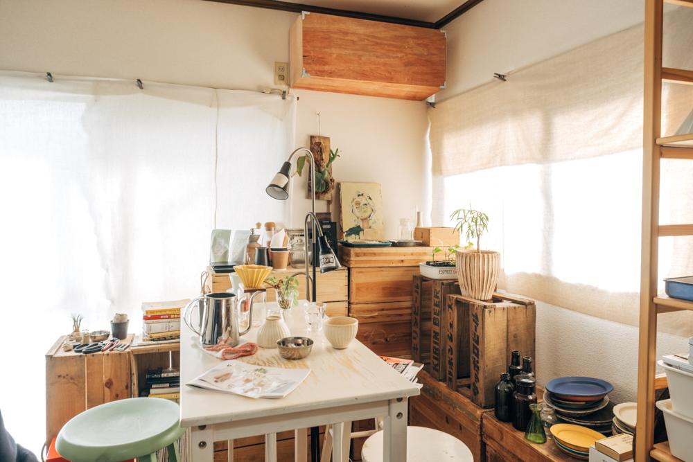 「このダイニングテーブルのおかげで、それまで床座だった生活から、目線も生活の水準も上がりましたね。 部屋も掃除しやすくなって、人も呼びやすくなったので正に生活を変えてくれたインテリアです。」