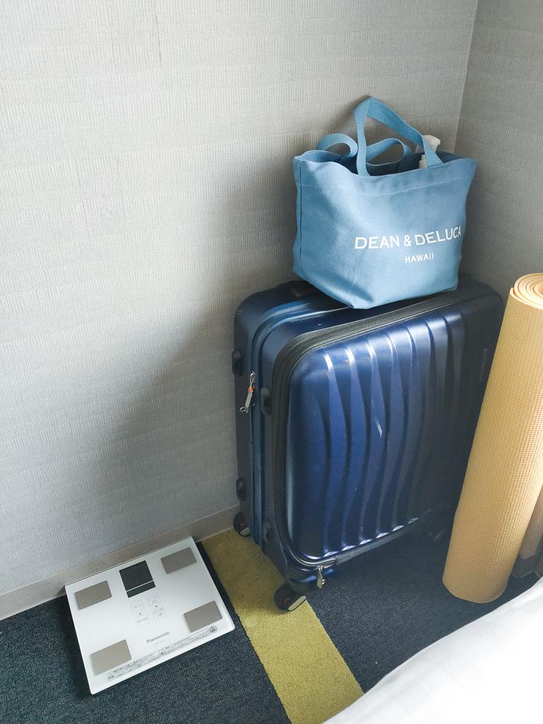 ホテルに持ち込む、手荷物の一部。マイ体重計、ヨガマットなど、セルフケアを大切にされています