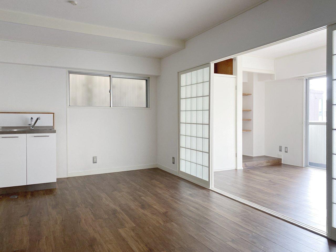 LDKは14畳、隣の洋室は6畳あり、引き戸を開けていればさらに開放感アップ。