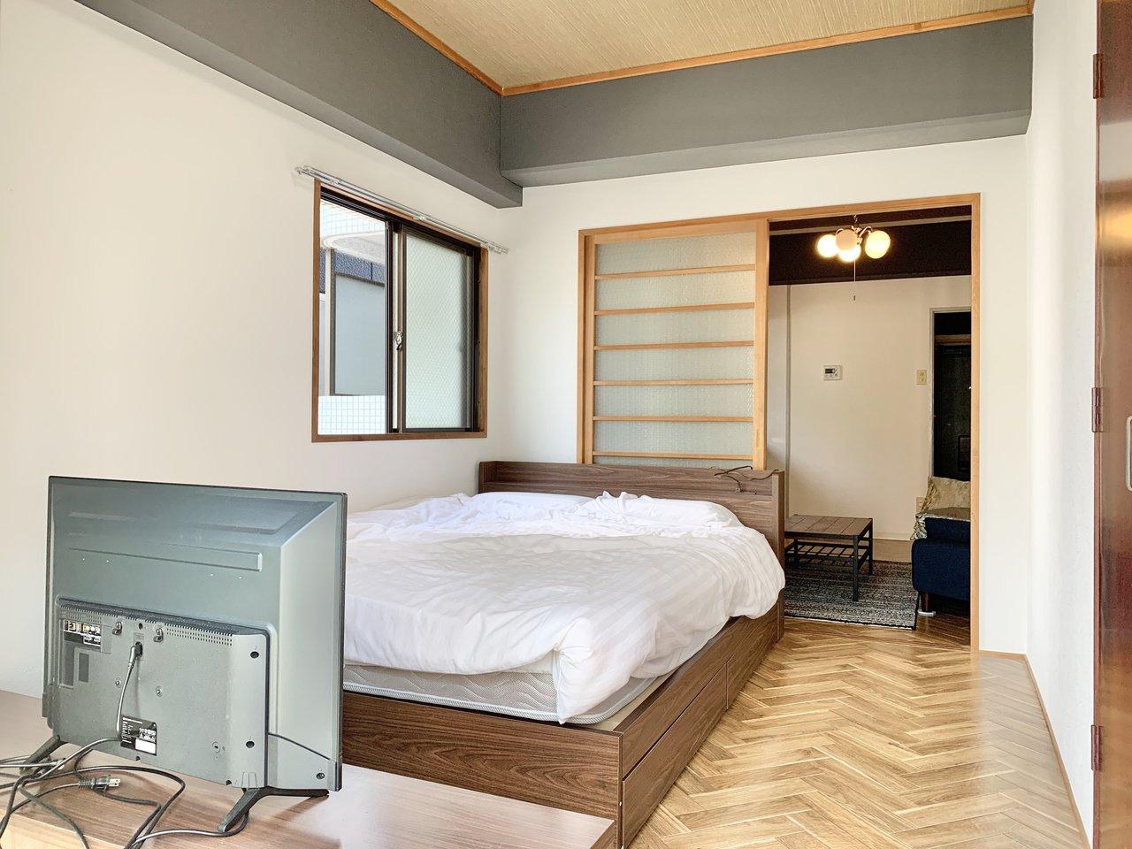 しっかりリノベされた角部屋の1DK。床はおしゃれなヘリンボーン柄です。