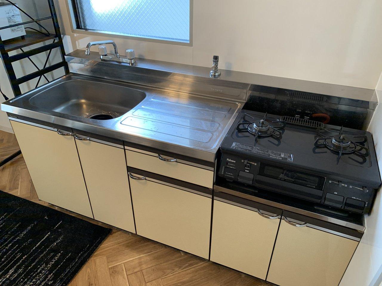 キッチンもガス2口、グリルつきでシンクの大きさや作業スペースも十分あります。しっかり自炊をしたい人におすすめ。