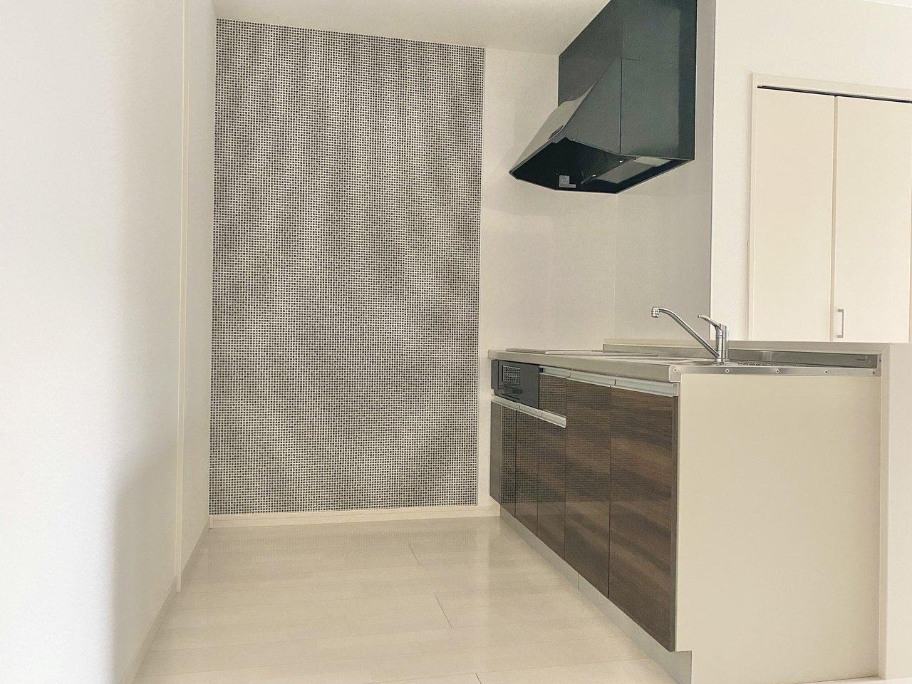 キッチンの設備も十分。スペースも広いので、食器棚を置いて好きな器が並べられそうですよ。