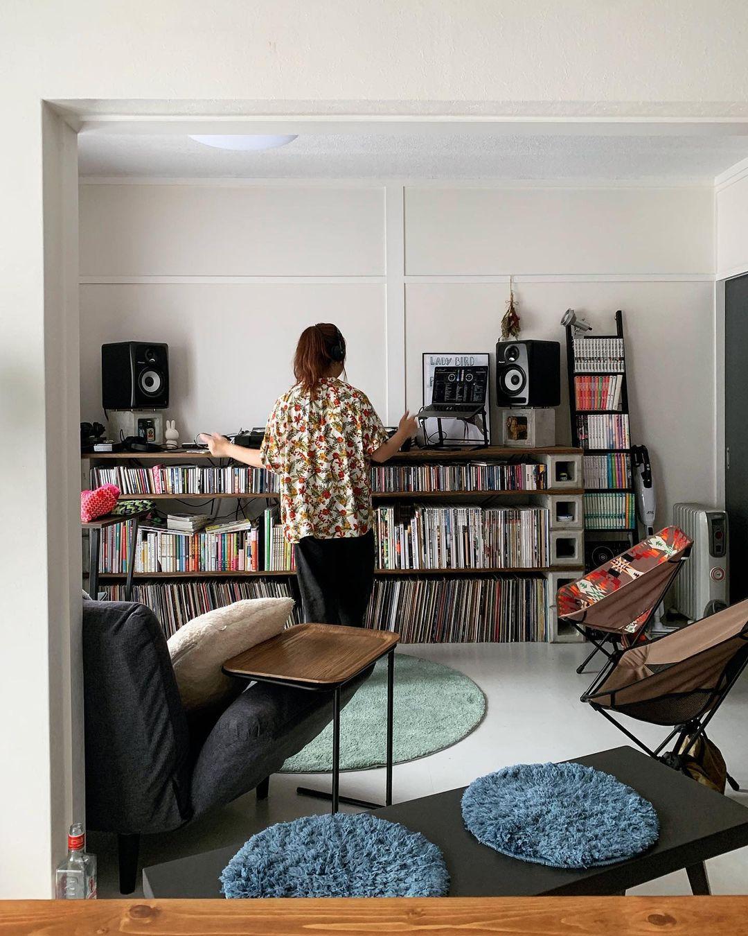 趣味のDJを楽しむ、二人暮らしの方の事例。お気に入りはDIYで作られたDJブース。ソファやアウトドアチェアを並べて、思い思いに音楽が楽しめるスペースになっています。