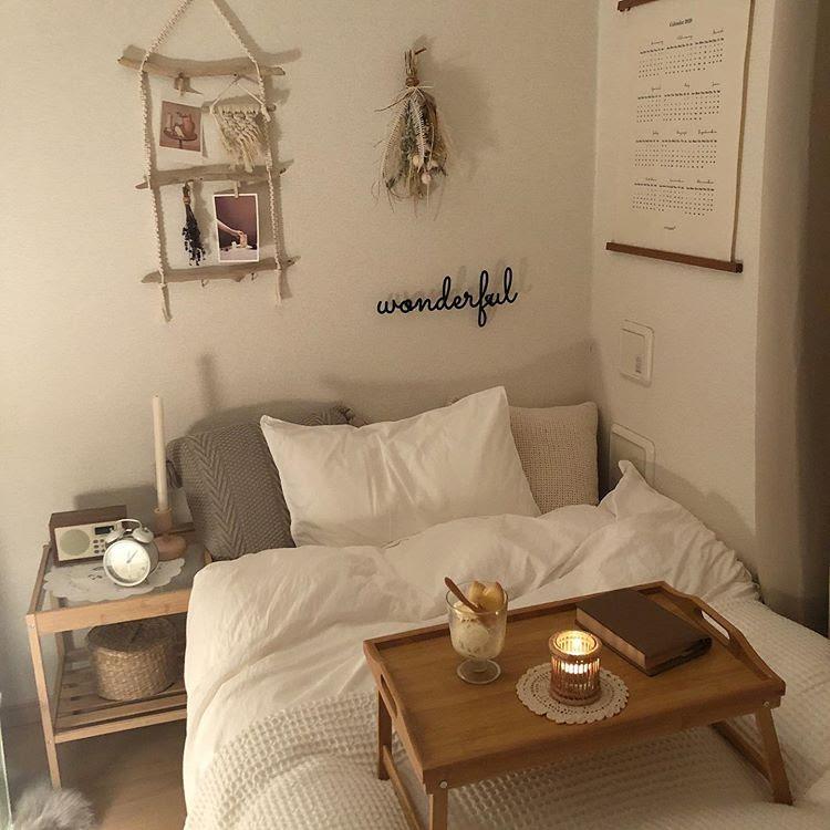 小さなテーブルをベッドの上に置いて、気分はまさに映画館。間接照明やキャンドルを使って、雰囲気を演出するテクニックも素敵です。一人暮らしのお部屋でもできる、というのがうれしいですね!