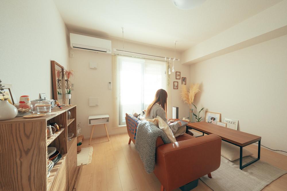 メゾネットタイプの1LDKに住む方のお部屋。プロジェクターを棚の上に置いて、リビングの真っ白な壁に、投影しています。シンプルな分、床や周りの壁にポスターを飾ったりするなどして、居心地の良い空間に仕上げています。