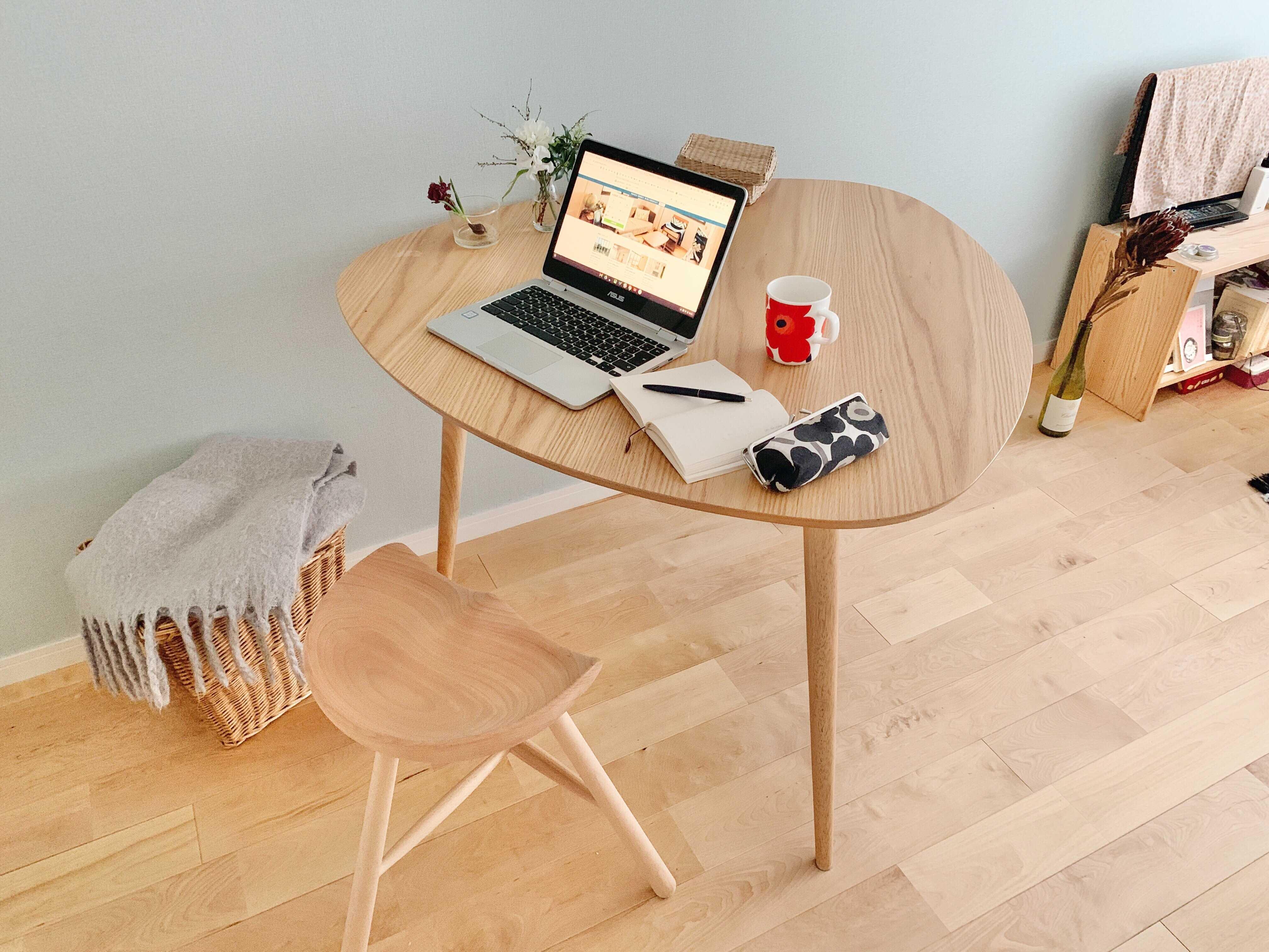 お仕事にもご飯を食べるときにも。NOCEの三角形のダイニングテーブルが一人暮らしにちょうどいいんです
