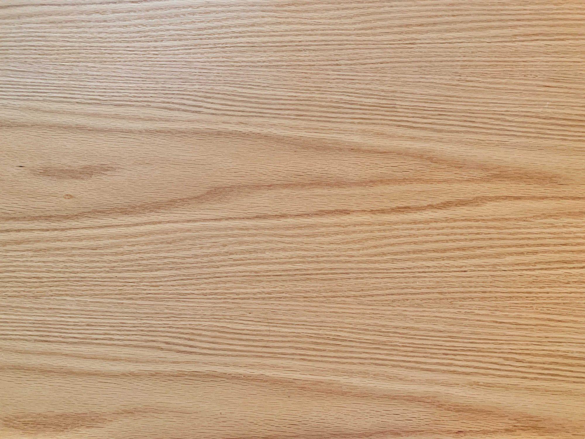 天板をアップで。触り心地の良い天然オーク材の木目です。高い耐久性と耐水性をもち、傷が付きにくいので、長く使っていけそうです。