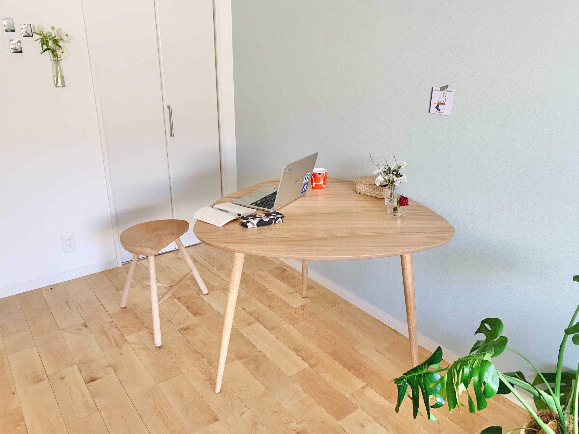 今度は壁につけてみました。長方形のテーブルより1辺少ないことで場所を取らず、2人掛けとしても使えます。