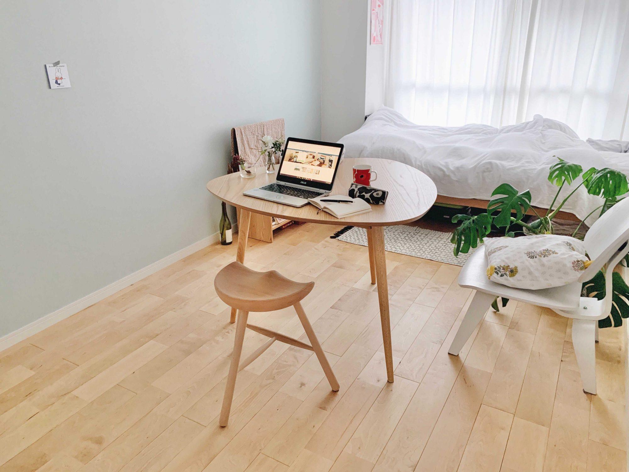 まずは真ん中に設置。ナチュラルな内装のお部屋にスッと馴染んでいて、柔らかさを感じます。この状態であれば3人で使用することもできますね。