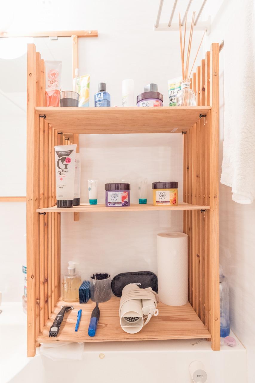 同じすのこで、洗面台の横に棚も作成。素材が揃っているのでおしゃれな雰囲気に見えますね。