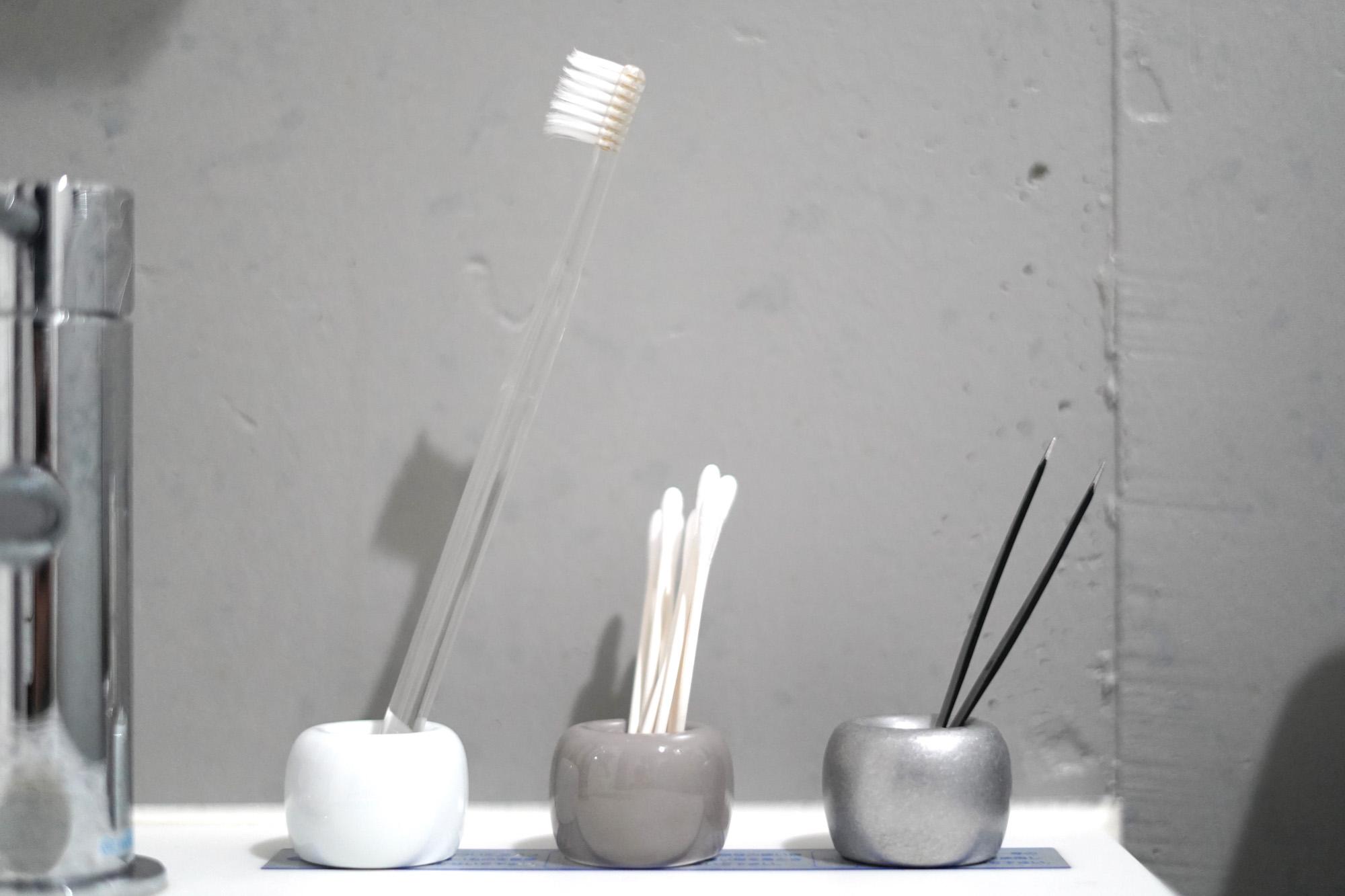 歯ブラシスタンドなどの収納もない3点ユニットバス。無印良品の磁器歯ブラシスタンドは、極力シンプルに、洗面台を整えたい人におすすめです。