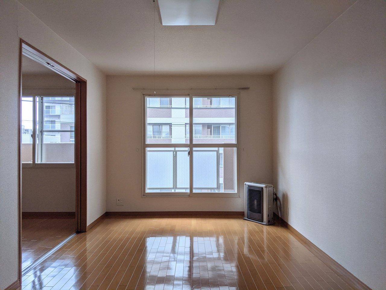 駅から徒歩2分の場所にある、1LDKのお部屋。10畳LDKと、6畳の寝室がつながった、使い勝手の良い間取りです。
