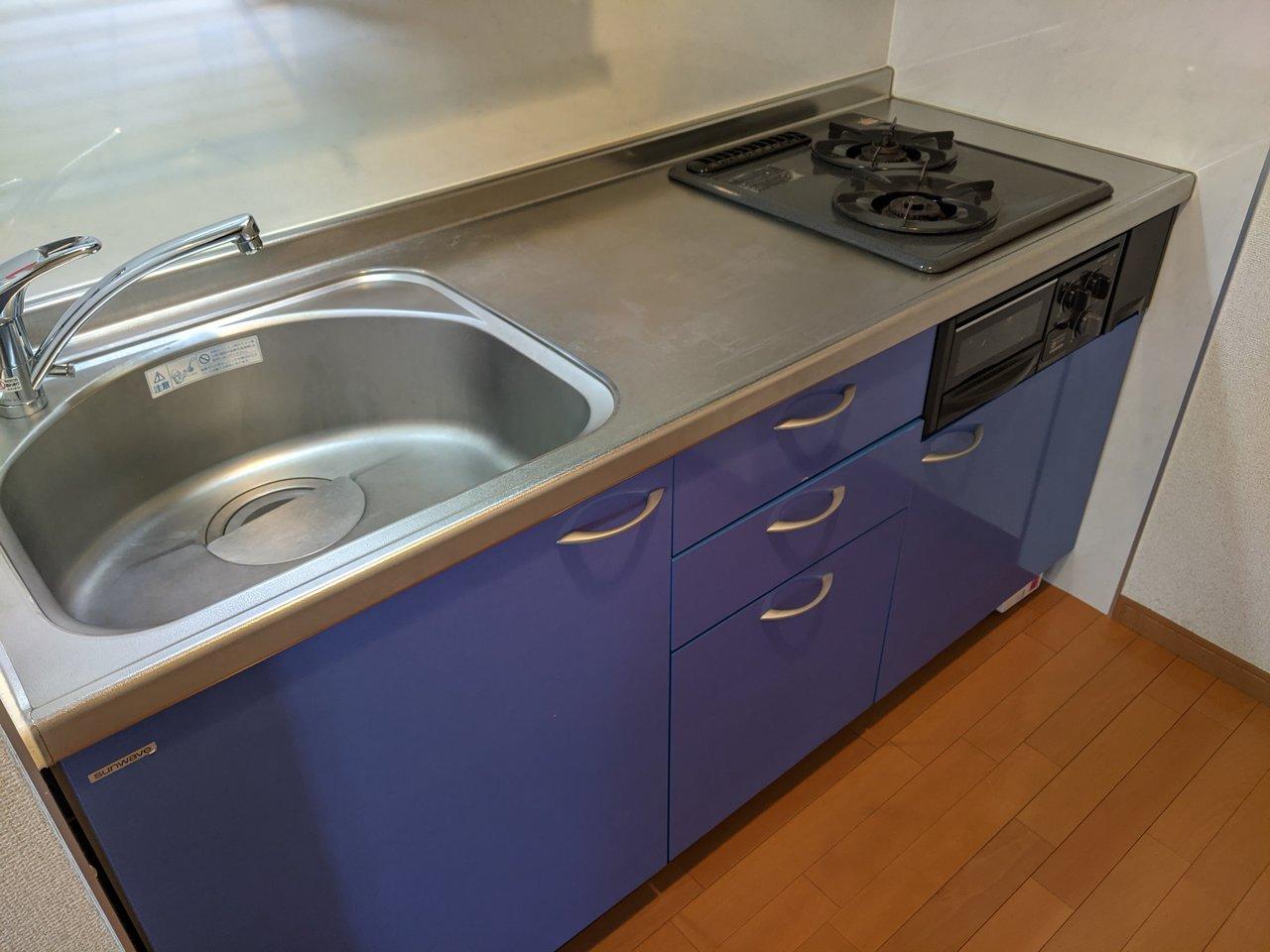 キッチンも広々としています。シンクも大きく、二口ガスコンロ付き。作業台も広いので、自炊が得意な方にはうれしい設備ですね。
