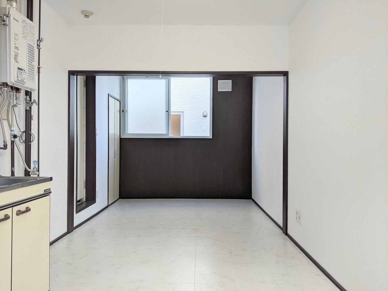 ダイニングキッチンと洋室が、垂れ壁でゆるやかに仕切られているお部屋。どちらも合わせれば約10畳ほどの広さです。