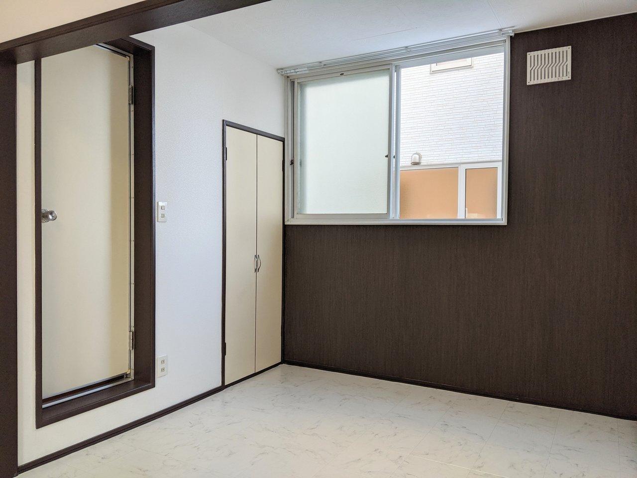 奥の部屋は寝室やリラックススペースに。ブラウンのアクセントクロスがお部屋を引き締めて、落ち着いた印象にしてくれています。