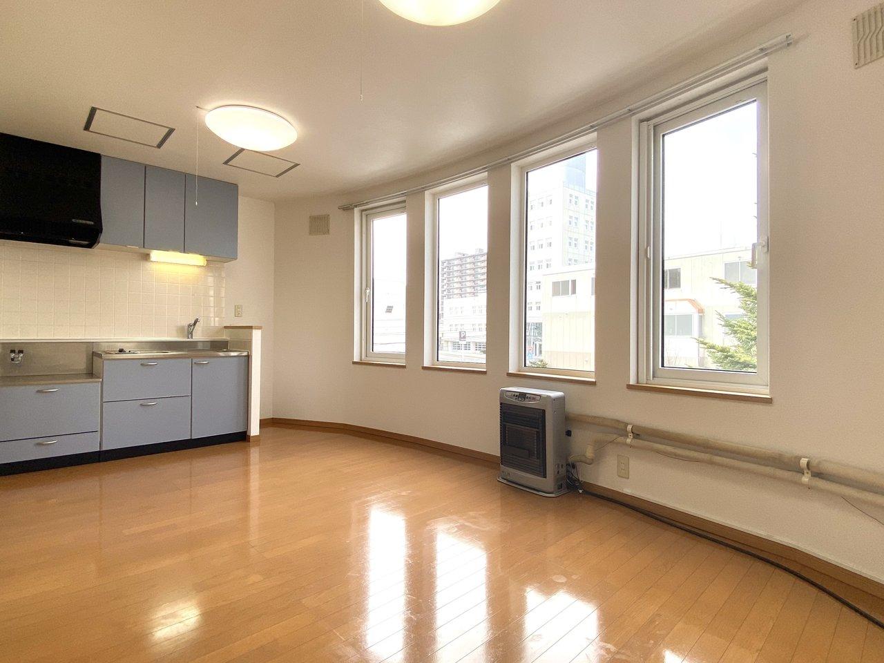 駅から徒歩5分の好立地!室内は9.4畳のワンルームで、窓側が湾曲している間取りです。ぐるりと窓に囲まれているので、とても開放感がありますね!