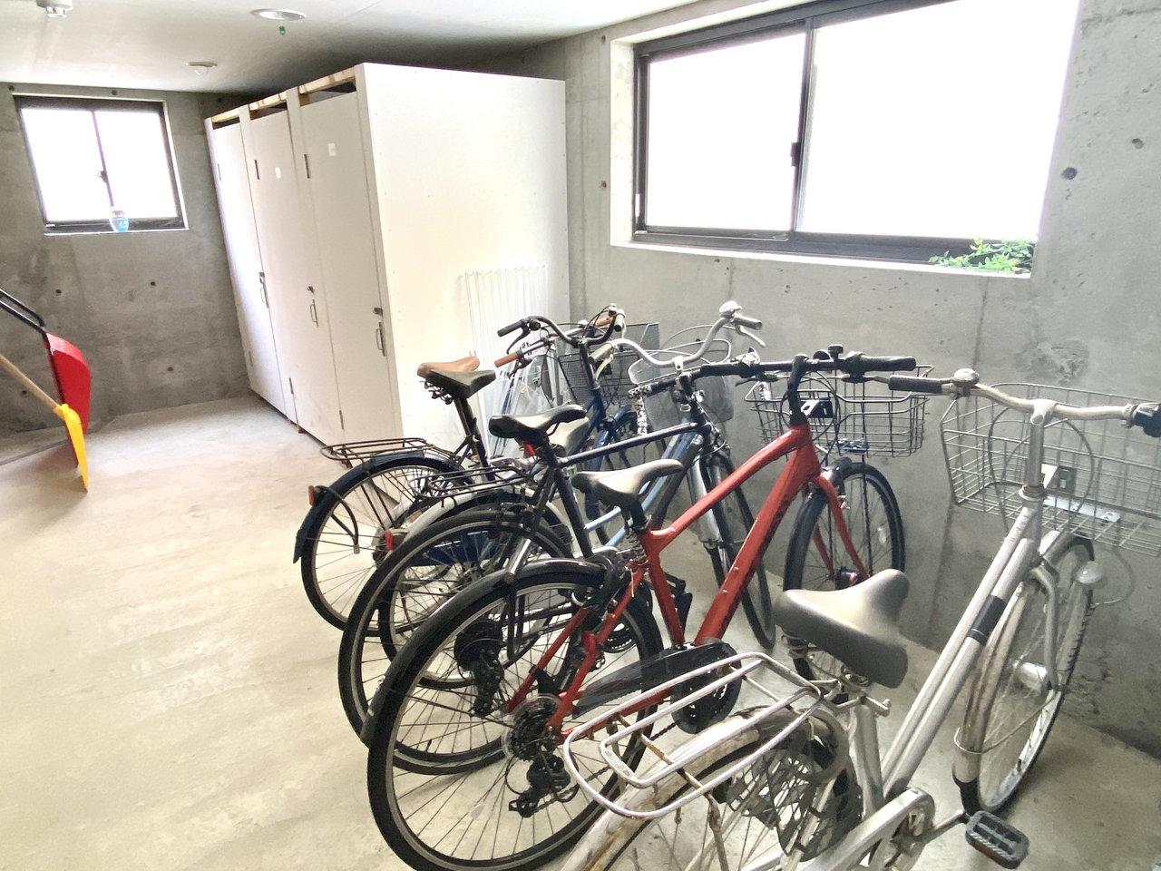 地下にはトランクルームや駐輪場がありました。これなら雪や雨を気にしなくて良いので、お気に入りの自転車を持つことができそうです。