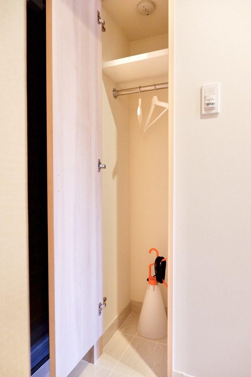 玄関にもクローゼットが!アウターをサッと取り出せますね。また、ペットのお散歩グッズを置いておくのにも便利です。