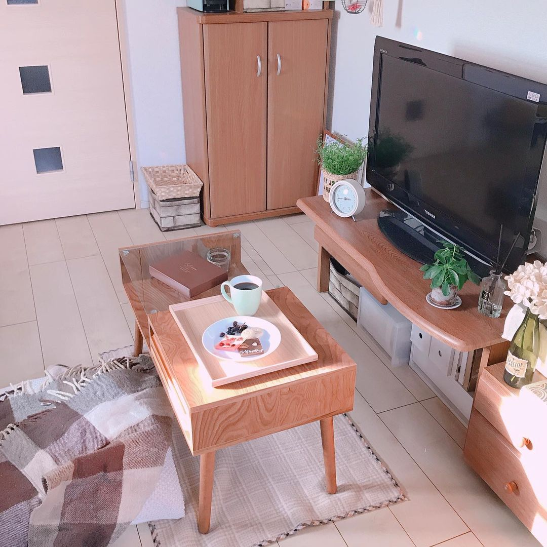 テレビ台やローテーブルなどの家具は、ナチュラルな雰囲気の感じられる木のものを選ばれています。