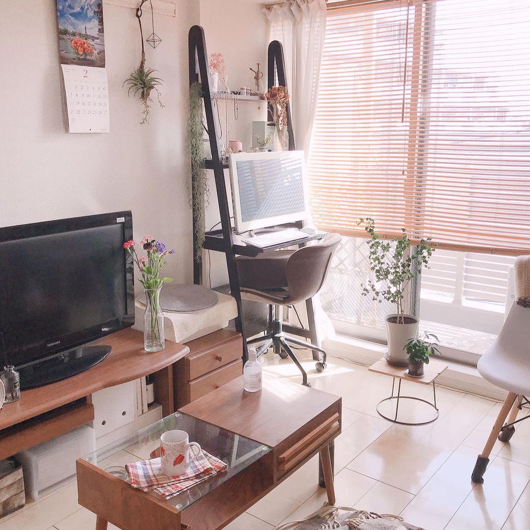 窓側にあるパソコンデスクとして使っているラックもB-COMPANYのもの。「部屋の中で一番背の高い家具なので、圧迫感のないものを選びました」