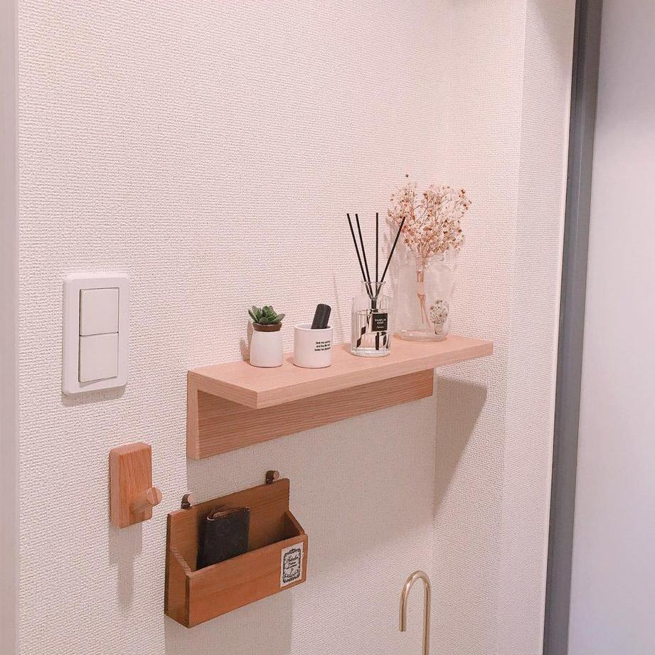 玄関は、壁にちょっとした棚やフックを取り付けて、香りのアイテムや植物を上手に飾っています。