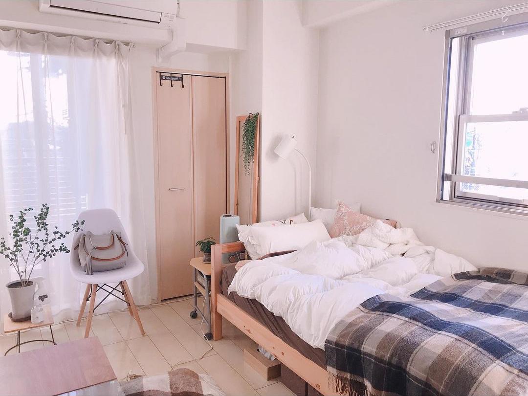 ベッドやテレビボードなどの大きな家具は壁に寄せて、ベランダまでの動線をあけ、床を見せることで、部屋を広く見せています。