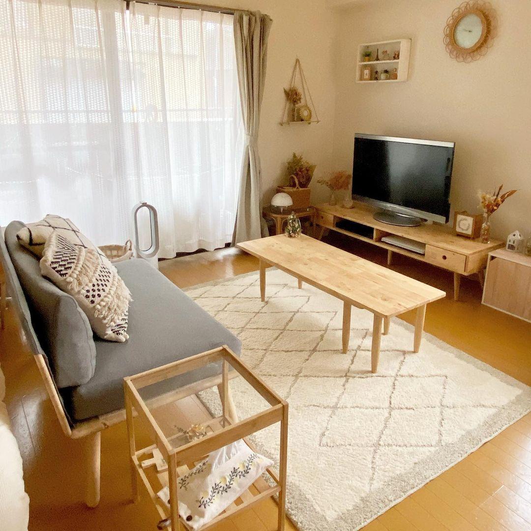 ソファやローテーブルなどを囲んで過ごしたい時には、少しだけ大きめのラグを敷いておくと良いですね。ソファに座らない方もゆっくりと過ごせる工夫の一つです。