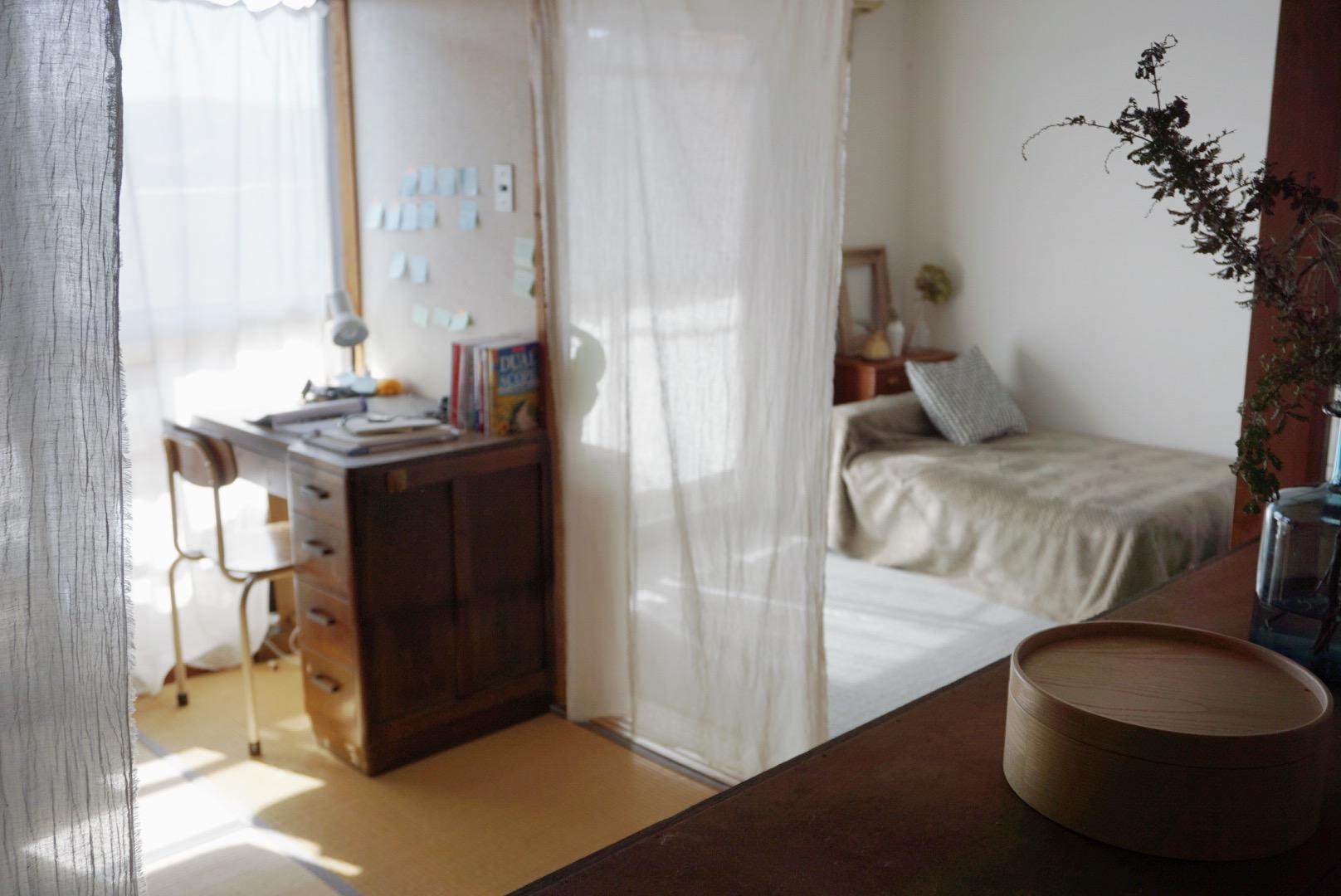 ワンルームの部屋だと、どうしてもベッドやキッチン周りなどと共存することになります。生活感を出したくない、などあれば布を下げてゆるやかに仕切ることがおすすめ。リネンなどの透け感のある素材は、光もよく入り、明るい印象が保てます。
