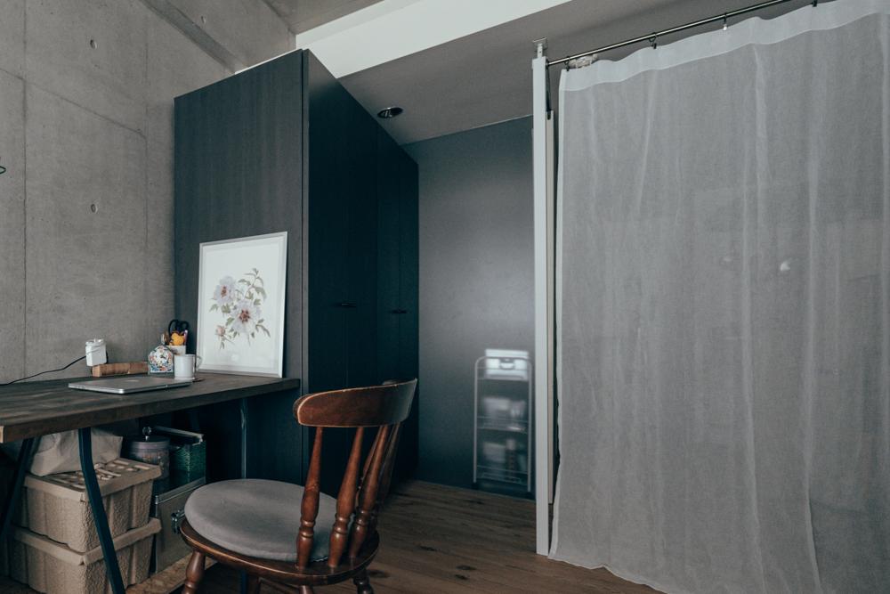 こちらのお部屋では、ラブリコというアイテムを使って、ワンルームでもキッチンとの仕切りがしっかりできています。お部屋の空間イメージにこだわりのある方こそ、真似したいアイディアです。