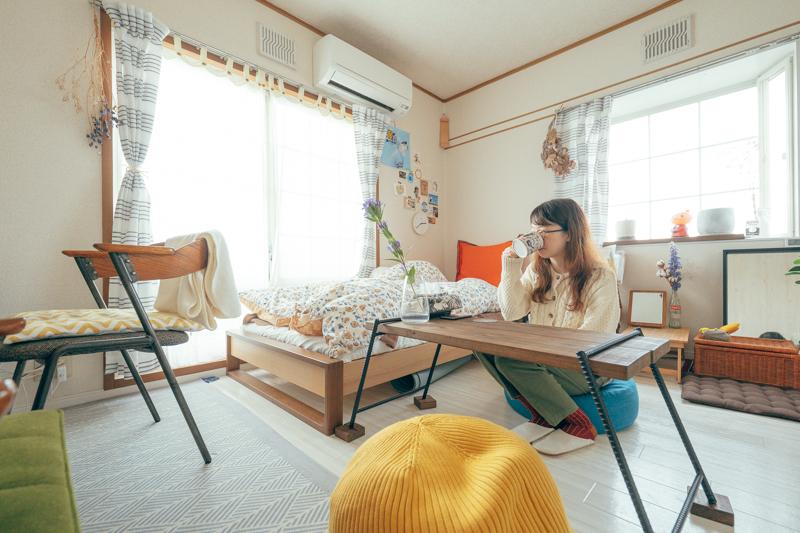 ビーズクッションやプーフは、ソファが置けない部屋でもリラックスできるアイテムの一つ。普段はクローゼットなどにしまっておけるコンパクトなサイズでも、おしりを痛めず過ごすことができるのでいいですね。