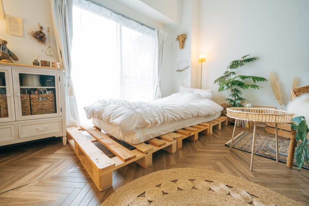 「各インテリアは素材感を決めて整えて行きました。パレッドベッドも楽天で購入時は本来ベッド用のものではなかったのですが、木の素材感を大切にしたくて使っています。」