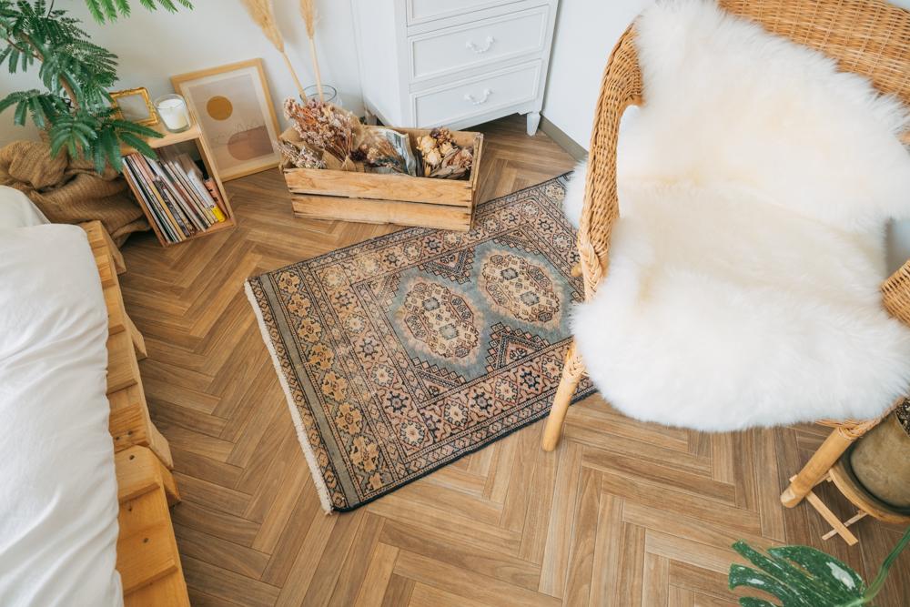 「ラタンや木の茶色、白、黒で基本は統一し、のっぺりしないように異素材を織り交ぜるようにしていますね。ベッドルームだと、ウッドテイストなものに合わせてmagic carpetさんで購入したラグなどファブリックを入れています。」