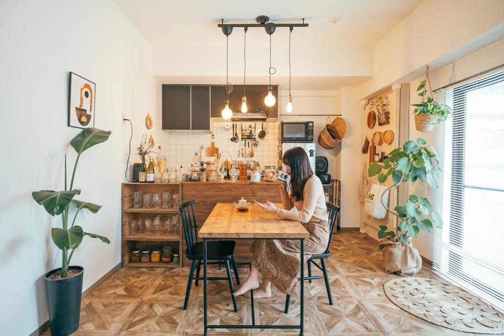 ダイニングでは仁平古家具屋さんでオーダーされたダイニングテーブルが印象的。お部屋のカラーを象徴するようなインテリアになっていました。 「オーダーな分、雰囲気はもちろん、友人を招いたホームパーティーの時にも一緒にテーブルを囲める丁度良いサイズ感がとても気に入っています。」