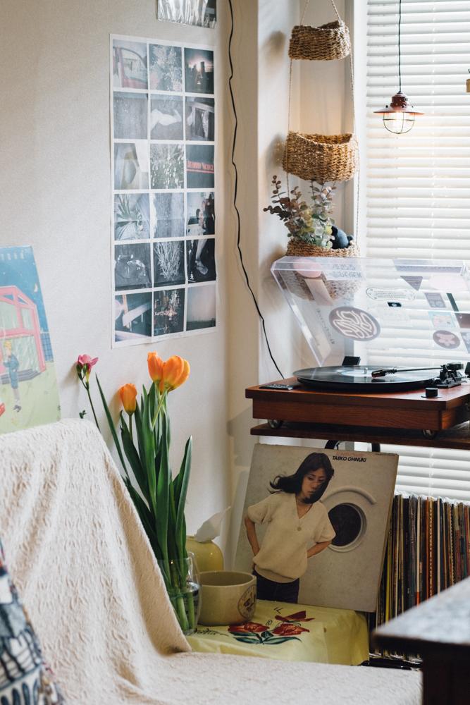 「子どもの頃からレコードが流れる家で過ごしていたので、生活の中には常に音楽があります。実家にもまだまだたくさんのレコードがあって、いつかより広いお部屋に引っ越したら全て自分の部屋に集めて、音が出せる広い空間を持ちたいですね。」