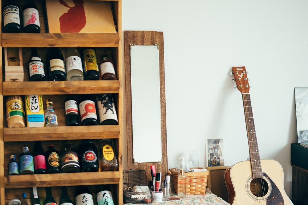 レコードとボトルラックの横にある鏡も同じお店で、新品の家具にはないデザインと古道具ならではの木の色合いがお部屋にも馴染んでいました。