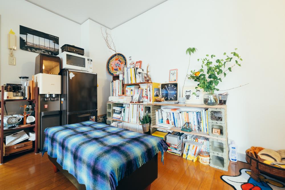 玄関入ってすぐにあるのが本棚スペース。本棚はホームセンターで購入したものを使って自作。