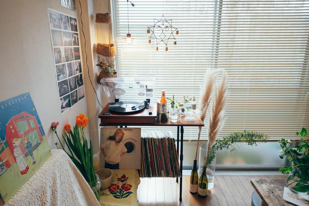 窓際のプレイヤーを置いたレコード台はtokyo danceで購入。この雰囲気だけはどんな住まいになっても大切にされたいと話すように。ずっと使いつづけていきたい古道具だそう。