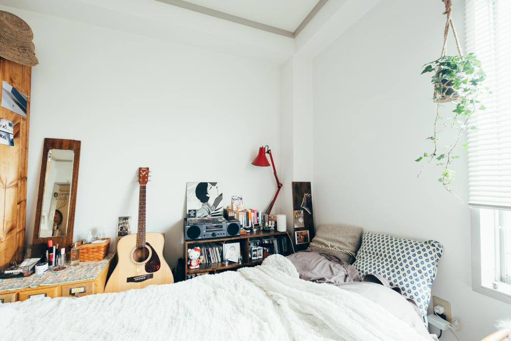 寝室のベットサイドにも。CDプレイヤーとギターが並んでいました。