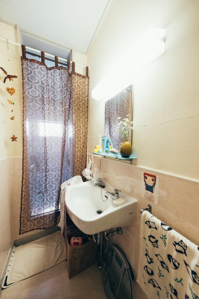 「特に浴室と、洗面台は最近の賃貸では見ることの少ない淡い色合いとヨーロッパっぽい、映画出てきそうな雰囲気が気に入っています。」